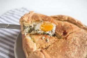 Простой сырный пирог с яйцами